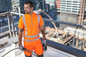 Die Warnschutz-Funktionsbekleidung UV von Engelbert Strauss (Biebergemünd) ist als modernes Hoody-Longsleeve mit Kapuze (Kl. 3, ISO 20471) und in der Halbarm-Variante als ZIP-T-Shirt mit höherem Kragen zum Schutz von Hals und Nacken (Kl. 2 ISO 20471) erhältlich. Beide Shirts haben eine UPF 50+ (AS/NZS 4399)