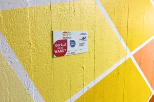 """Inspiration und Motivation: Ein Schild erinnert an das Projekt """"Betrieb trifft Schule"""" und bietet interessierten Schülerinnen und Schülern weitere Kontaktmöglichkeiten zum Maler- und Stuckateurhandwerk."""