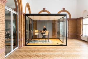 Der Bosse cube 4.0 bildet im Bahnhofsgebäude Berlin-Westend einen spannenden Kontrast zu Backsteinwänden und Fischgrätparkett.