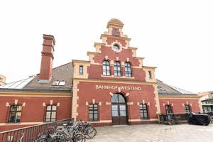 Auch die Fassade des umfangreich renovierten Bahnhofs Berlin-Westend aus dem 19. Jahrhundert ist ein Hingucker.