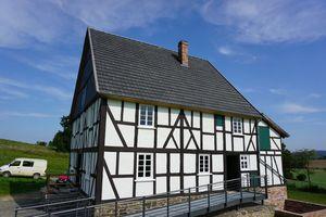 """Hereinspaziert: Das """"Haus Stöcker"""", ein Wohnhaus aus dem Jahr 1797, stammt aus Burgholdinghausen (Kreis Siegen). Es wird im LWL-Freilichtmuseum Detmold gezeigt."""