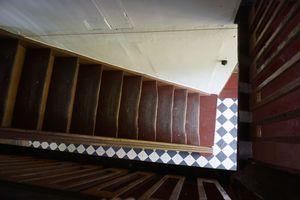 """Auf der Treppe im """"Haus Stöcker"""" wurde einst das Stroh nach oben auf den Dachboden getragen."""