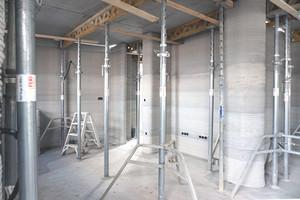 Links: Die frisch gedruckten Wände im Wohnhaus in Beckum