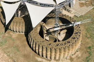 Zwischen der Innen- und Außenschale der Lehmwände wurde zur Verbesserung der Stabilität eine Gitterstruktur gedruckt