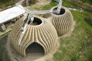 In Italien wurden von der World's Advanced Saving Project zwei ineinander übergehende Kuppelhäuser mit Namen Tecla nach Plänen des italienischen ArchitekturbürosMario Cucinella aus Lehm gedruckt