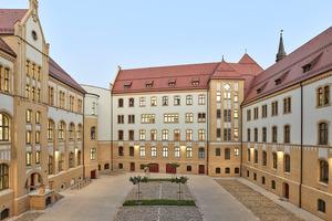 Teile des denkmalgeschützten, jüngst sanierten Landgerichts Magdeburg gruppieren sich um einen Innenhof. Die Fassaden der unteren Geschosse sind hier mit Ziegeln verkleidet