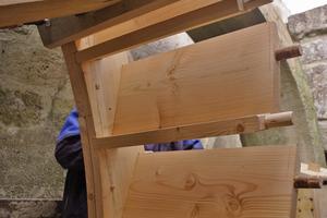 Riegel- und Setzschaufel ergeben jeweils eine Kammer. In den Segmenten des Radkranzes entsprechen die Bohrungen den Zapfen an den Schaufelhölzern