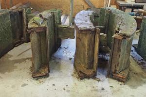 Die Einzelteile des alten Wasserrads in der Abbundhalle