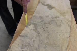 Aus Lärchenholzbohlen werden die Segmente für die Radkränze zugeschnitten