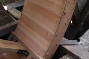 Als letzte Elemente werden die Schalbretter auf der Innenseite des Radkranzes vernagelt. Sie bilden die Böden der Kammern