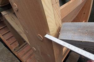 Mit einem fixierten Holz und einem Meterstab lässt sich eine Lehre herstellen, um die Unwucht genau zu messen