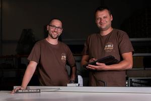 """Starteten erfolgreich ihren Handwerksbetrieb """"Die Holzwerkerei"""": Die beiden Tischler Deniz Yilmaz und Hartmut Harbich (rechts) aus Freiburg"""