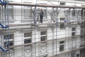 Insgesamt gestalteten Gert und Daniel Neuhaus an der Pestalozzisraße in Berlin rund 1000 m² Fassadenfläche neu