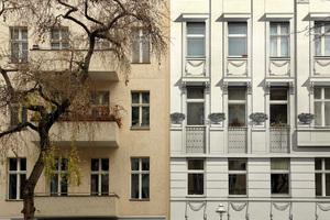 In der Gegenüberstellung mit einem nicht bemalten Haus zeigt sich die Schönheit des Stadtpalais einmal mehr