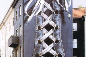 Der Jeans-Turnschuh zierte ein Gebäude an der Karl-Marx-Straße in Berlin. 1998 wurde das Haus gesprengt
