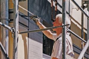 Gert Neuhaus begann 1976 mit Entwürfen und Ausführungen großer Giebelwände und Fassadenmalereien