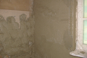 So ist es richtig: Putzträger mit Entkopplung im Holzbereich (Wand links) und erste Lage Wärmedämmputz (Wand rechts)