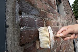 """Die Wände wurden mit der hydrophobierenden Imprägnierung """"Funcosil FC"""" von außenbehandelt"""