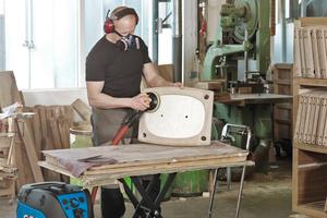Selbst harmlose Materialien wie Holz können durch die Bearbeitung mit der Schleifmaschine zum Risiko werden