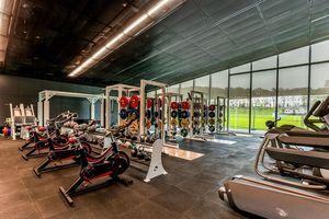 Die Einsatzmöglichkeiten von Metalldecken im Innenbereich sind vielseitig, zum Beispiel Veranstaltungs- oder Sporthallen.