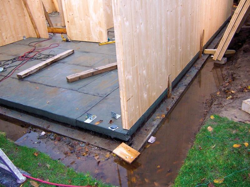 Super Auf kleinem Grund Einfamilienhaus aus Massivholzelementen in AZ21