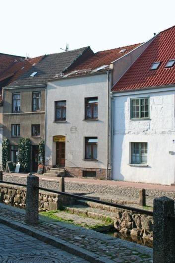 Die Handwerkliche Rekonstruktion Stellt Das Ursprüngliche Erscheinungsbild  Des Hauses Frische Grube 3 In Wismar Wieder Her Foto: Thomas Wieckhorst