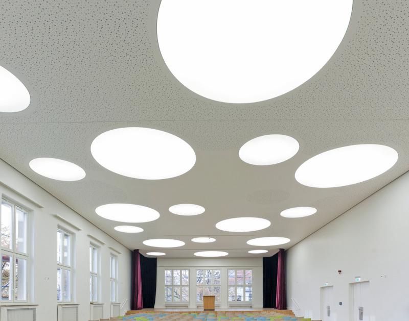 doppelte decke montage einer abgeh ngten decke in der aula des berliner paulsen gymnasiums. Black Bedroom Furniture Sets. Home Design Ideas