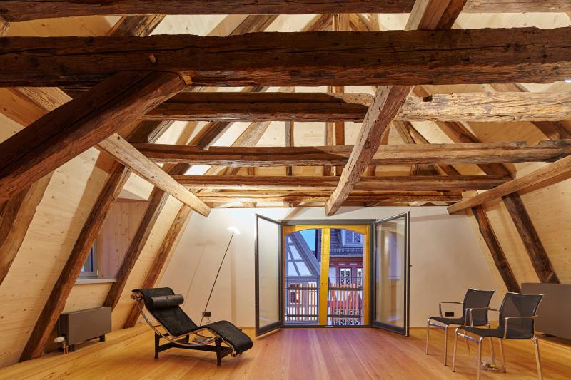 fachwerk trifft farbkunst expressive farbgestaltung in einem restaurierten fachwerkhaus in. Black Bedroom Furniture Sets. Home Design Ideas