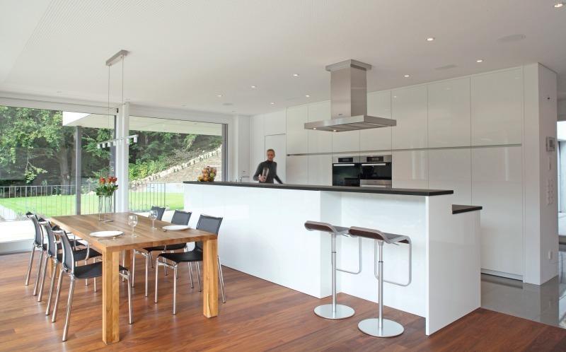 Alles aus einer hand einfamilienhaus aus holz mit for Fliesen kuche esszimmer