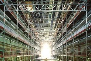 Zum Ausbessern des Putzes im Innenraum der Klosterkirche wurde ein selbst im Gewölbe optimal an die Bauform angepasstes Raumgerüst errichtet<br />