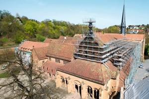Bei der Renovierung der Dächer und Fassaden der Klosterkirche Maulbronn wurde das Arbeitsgerüst an Holzleimbindern abgehängt  Fotos: Layher<br />