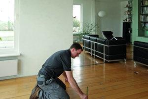 Aufbau eines Trennwandsystems aus Holz von oben links nach unten rechts: Markieren der Position und Verlegen der Trennstreifen. Herstellen der Anschlussleisten und Anbringen an Wand, Boden und Decke. Dämmen der Gefache und Aufstecken der Ständer. Einbau von Konsolen und Stürzen. Befestigung der Beplankung mit dem Druckluft-Klammergerät