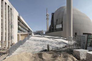 Verwaltungsriegel (links) und Moscheebaubau fassen die große Treppe mit Plaza