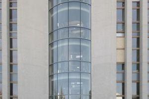 Die Rundung des Treppenhauses wird nach außen hin in der Verglasung nachgebildet (Fuchsstraße)