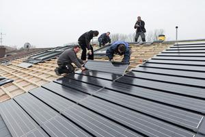 Auf dem flach geneigten Satteldach verlegten die Handwerker 146 Photovoltaik-Module und auf der verbleibenden Dachfläche graue Flachdachsteine<br /><br />