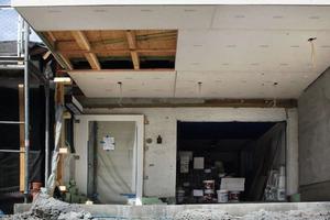 """Die Balken der Zwischendecke verwendeten die Handwerker für das Holzständerwerk eines Wintergartens unter dem alten Balkon <span class=""""bildnachweis"""">Fotos (2) TSB Ingenieurgesellschaft</span> <br /><br />"""