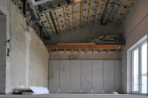 Im Erdgeschoss entfernten die Handwerker die Zwischendecke zum Dach, wodurch die Höhe der Räume um bis zu 1,70 m ansteigt<br />