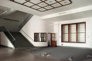 Treppenaufgang im Erdgeschoss vor und während der Bauarbeiten