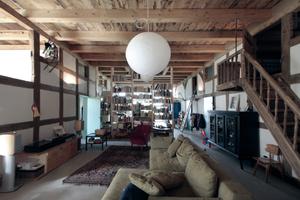 Die große Deele wird nach Umbau von einem raumhohen Regal als Raumteiler in einen Spiel- und einen Wohnbereich unterteilt<br />