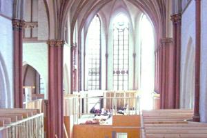 Die Unterkonstruktion für die Trockenbauwände bauten die Handwerker im Kirchenschiff als Holzständerwerk ein