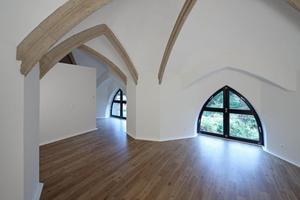 Raum unter Gurtbögen und Bundglasfenster