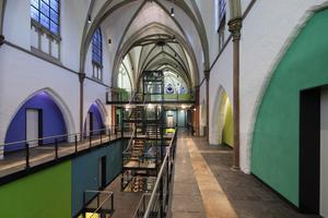 Die neuen Wände der hinter den Spitzbögen beginnenden Wohnräume setzen sich mit einer intensiven Farbigkeit vom weiß gestrichenen Bestand ab Fotos: Schleiff / Hans Jürgen Landes