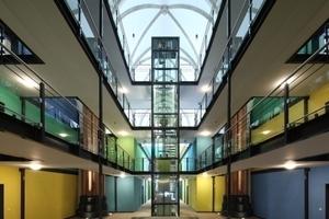 Galerien im Hauptschiff mit Aufzug