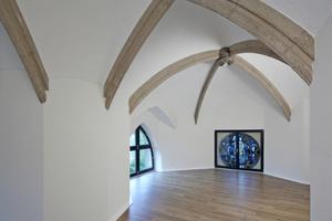 """Viele """"Zitate"""" der ursprünglichen Funktion blieben in so manchem Wohnraum erhalten wie Gurtbögen, Schlussstein und Rundfenster mit bunter Bildverglasung"""