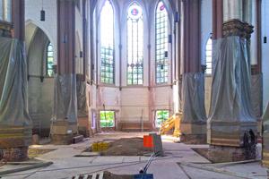 Links unten: Der alte Kirchenfußboden wurde ausgebaut und eine neue Bodenplatte betoniert