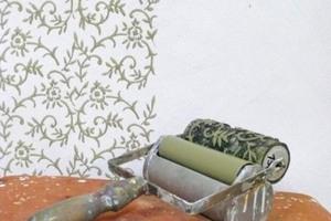 Gefüllte Kalkfarbe auf Lehmputz, Dekoration mit einer historischen sächsischen Musterwalze