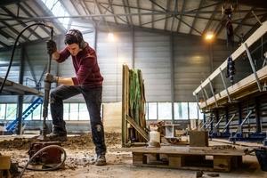 Herstellung eines Probekörpers mit dem Pressluftstampfer in der Lagerhalle im benachbarten Zwingen