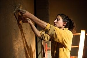 Die Innenseite der Wandtafeln erhielt eine Lehmschlämme Foto: Ricola / Marcus Bühler-Rasom