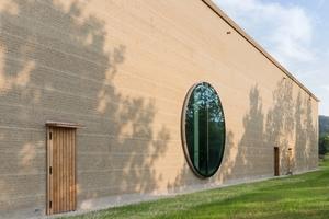 Detail der Fassade mit großem runden Fenster<br />