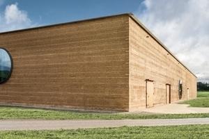 Die Ende Juni von Ricola im schweizerischen Laufen eröffnete Kräuterhalle nach Plänen des Baseler Architekturbüros Herzog & de Meuron ist der derzeit größte Lehmbau Europas